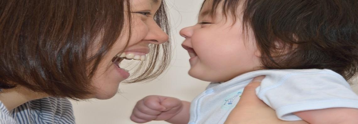 ママと遊ぶ赤ちゃん A